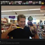 """Auch David Hasselhoff ist wie viele andere Fans im """"Bieber Fieber"""". In einem Supermarkt in Belfast freut er sich über eine Zahnb"""