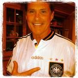 """David Hasselhoff zeigt auf Twitter, welches Team er bei der Euro 2012 unterstützt und kommentiert das Bild mit """"Alles klar mit D"""