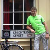 """In London posiert David Hasselhoff vor dem Schild der """"Knightrider Street""""."""