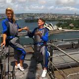 Auf der Sydney Harbour Bridge macht David Hasselhoff seiner Freundin Hayley Roberts (schon wieder) einen Heiratsantrag.