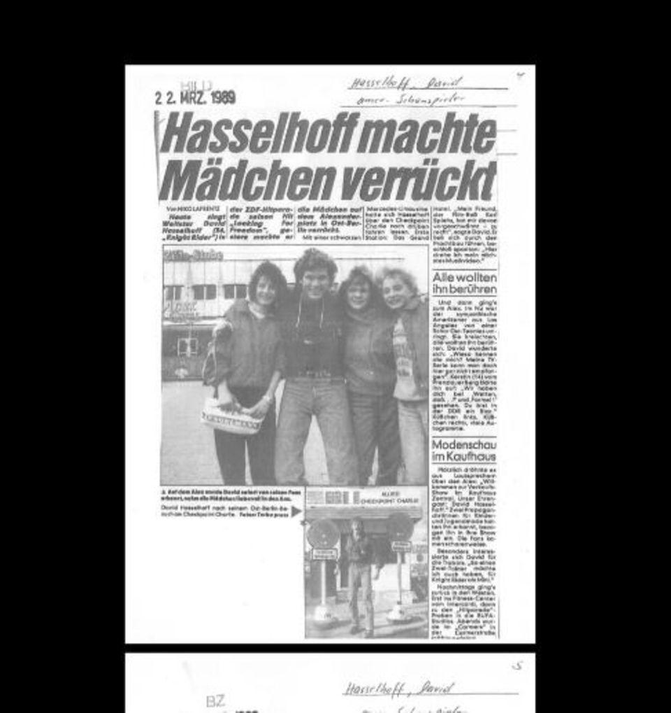 Ob die Damen sich freuen? David Hasselhoff sucht auf Twitter nach den Mädels auf diesem Foto aus Berlin.