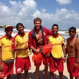 Baliwatch? David Hasselhoff lässt sich am Strand von Bali mit Rettungsschwimmern fotografieren.
