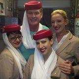 David Hasselhoff freundet sich auf seinem Flug von Sydney nach Bangkok mit den Stewardessen an.