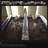 """Unser """"Baywatch""""-Bademeister nimmt mit Freundin Hayley Roberts ein Schlammbad und kommentiert bei Twitter: """"Gefangen im Schlamm"""