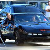 """Der Traum eines jeden kleinen Jungen wird wahr: Justin Bieber wird für ein neues Musikvideo von David Hasselhoff und """"K.I.T.T."""" durch Venice gefahren."""
