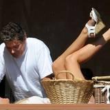 Durch das Fenster eines Restaurants in West Hollywood kann man David Hasselhoff mit seiner Freundin Hayley Roberts beim Turteln