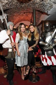 Zum 500sten Geburtstag des Hotels Klosterbräu in Tirol posieren Simone Thomalla und Tochter Sophia Thomalla mit hauseigenen Rittern.