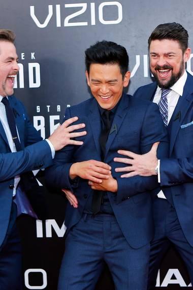 """20. Juli 2016: Im Rahmen der Comic Con in San Diego feiert der Film """"Star Trek Beyond"""" Weltpremiere. Die Darsteller Chris Pine, John Cho und Karl Urban sind bei der Ankunft auf dem roten Teppich bester Laune. Trotzdem sind die Gedanken auch bei ihrem verstorbenen Teamkollegen Anton Yelchin."""