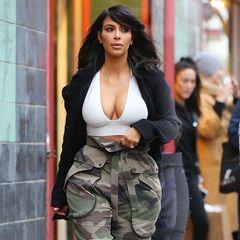 Wohl eher Flop! Kim Kardashian liegt mit ihrer Camouflage-Hose nicht mehr wirklich im Trend, viel unpassender wirkt jedoch ihr weißes Top, das stark an einen Sport-BH erinnert.