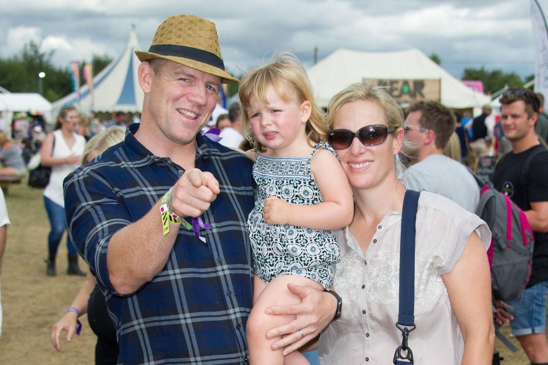 """29. August 2016   Sommer-Festival-Spaß: Die zwei Jährige Mia darf ihre Eltern Mike Tindall und Zara Phillips auf das """"Big Faestival"""" begleiten. Die Drei verbringen einen ausgelassen Tag gemeinsam."""
