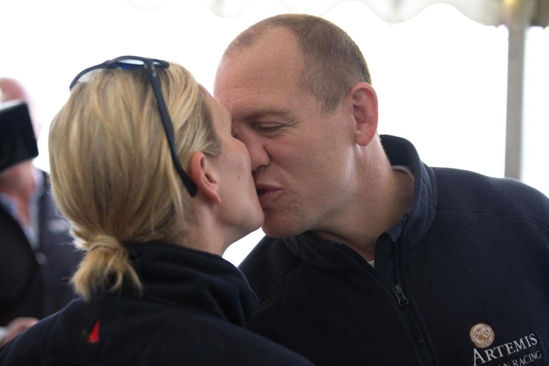 13. August 2015  Vor dem Start der Segelregatta küssen sich die beiden verliebt.