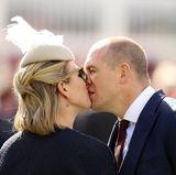 """11. April 2015  Schnell noch ein Küsschen vor dem großen Rennen ... Zara Phillips und Ehemann Mike sind beim """"Grand National"""", wo ihr Rennpferd Monbeg Dude am Ende den dritten Platz holte."""