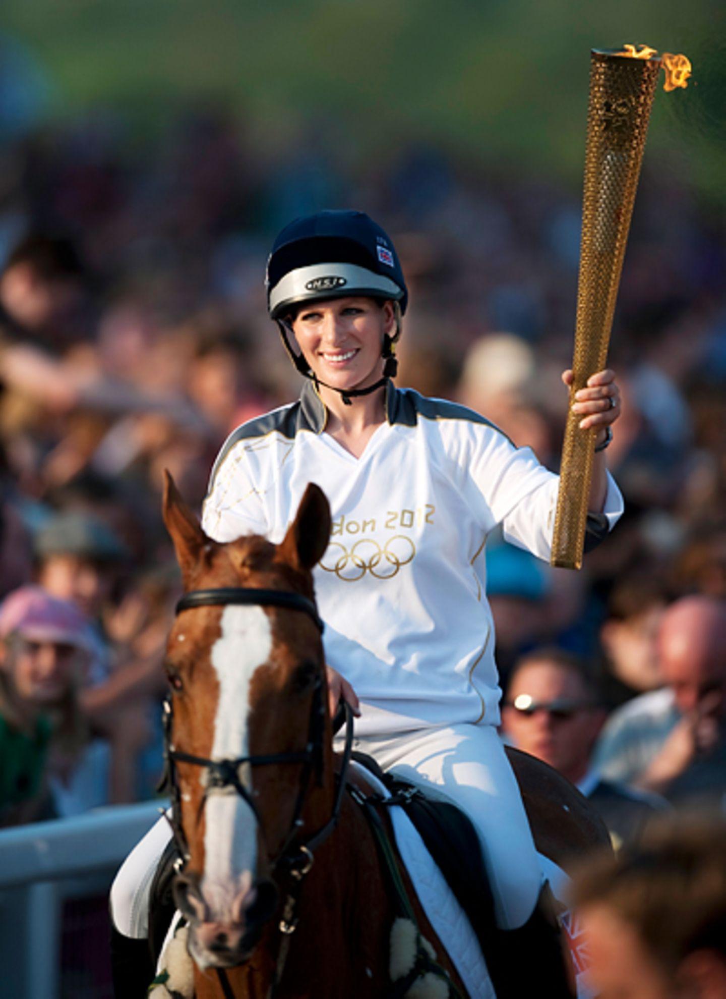 23. Mai 2012: Vor mehr als 20.000 jubelnden Zuschauern übernimmt Zara Phillips in Cheltenham das olympische Feuer.