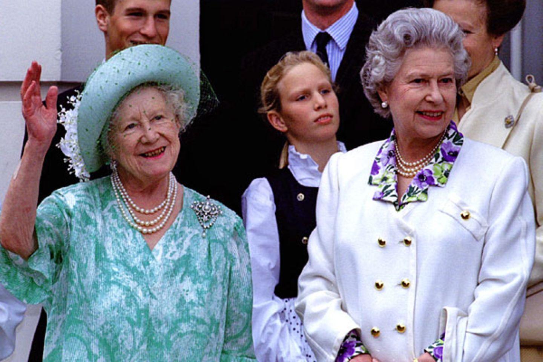 4. August 1993: Zum 93. Geburtstag der Königin Mutter kommt die ganze Familie vor Clarence House zusammen.