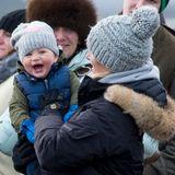 25. Januar 2015  Gemeinsam mit ihrer Tochter Mia, die am 17. Januar ein Jahr alt geworden ist, ist Zara Phillips bei einem Pferderennen in Cocklebarrow, wo eines ihrer Pferde am Start ist. Die beiden tragen ganz ähnliche Mützen und scheinen, trotz Kälte, jede Menge Spaß zu haben.