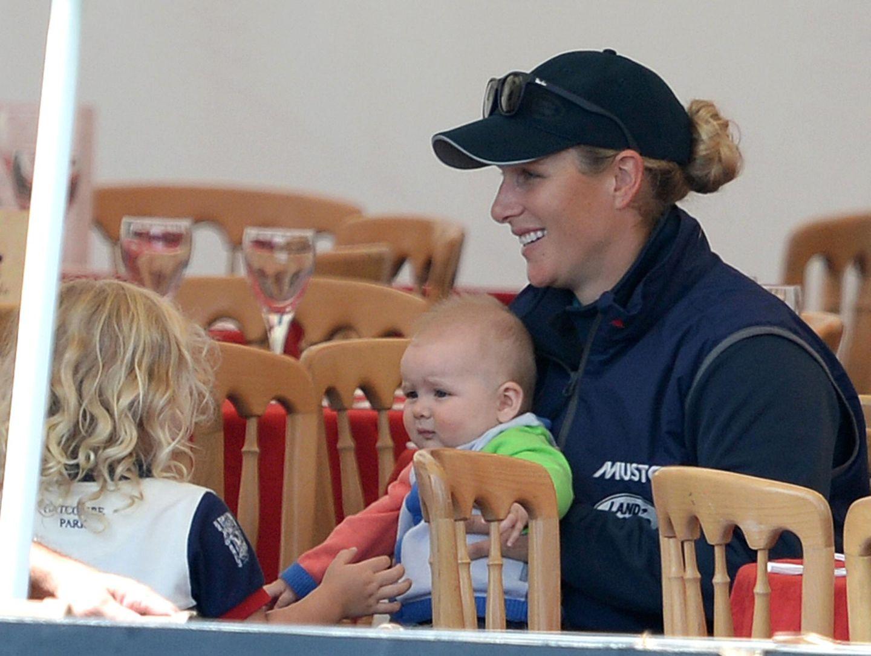 """2. August 2014  Zara Phillips nimmt am Turnier in """"Gatcombe Park"""" als Reiterin teil. Zwischen den Wettbewerben kümmert sie sich um Töchterchen Mia,"""