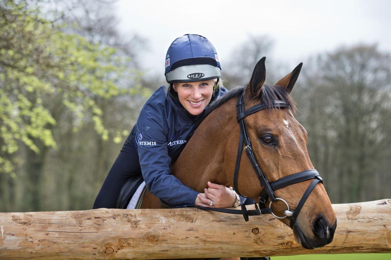 """9. April 2014  Zara Phillips posiert mit ihrem Pferd """"High Kingdom"""" für Fotos in den Ställen von """"Gatcombe Park"""" in Gloucestershire."""