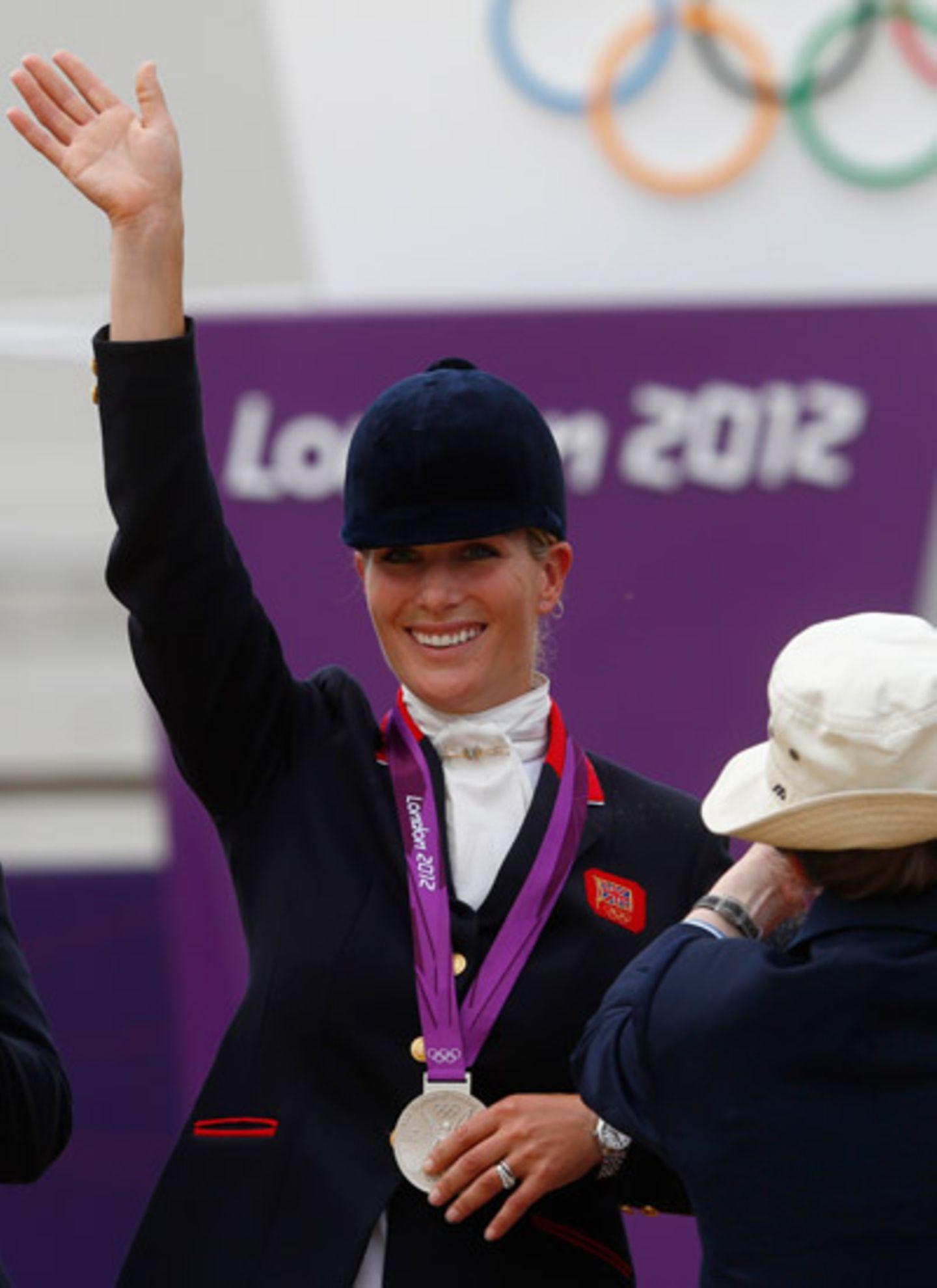 Zara Phillips freut sich über die gewonnene Silbermedaille, die ihre Mutter, Prinzessin Anne, ihr überreicht hat. Das Team Großb