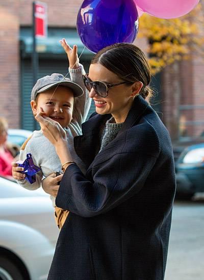 Flynn freut sich über seine Luftballons. Auch Mama Miranda Kerr ist an Thanksgiving gut gelaunt.