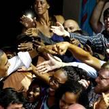 Händeschütteln zum Geburtstag?! Langweilig! Barack Obama passt sich da seinen Fans an.