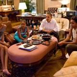 So sieht ein ganz normaler Abend bei den Obamas aus: Bei Chips und Cola schauen sie gemeinsam Fußball.