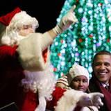 Mit siener Tochter Sasha lauscht Barack Obama den Worten des Weihnachstmanns in Washington.