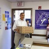 Fürsorglicher Chef: Seinen freiwilligen Kampagnenhelfern in Williamsburg liefert Barack Obama persönlich eine Stärkung in Form v