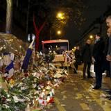 Gemeinsam mit Frankreichs Staatschef Francois Hollande gedenkt US-Präsident Obama vor dem Bataclan den Opfern der Terroranschläge von Paris.