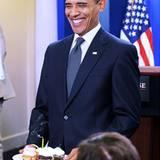 5. August 2009: Barack Obama überreicht bei der einer Journalisten bei der täglichen Pressekonferenz einen kleinen Geburtstagsmu
