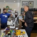 Nie um einen Smalltalk verlegen: Präsident Obama unterhält sich mit den Angestellten eines Süßigkeitengeschäfts in Washington.