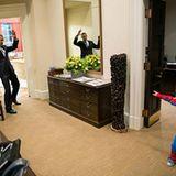 Ein Präsident mit Sinn für Humor: Barack Obama lässt sich von dem Kind einer seiner Mitarbeiter mit imaginären Spinnenweben einw