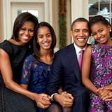 Die Obamas posieren für ein Familienporträt im Oval Office.