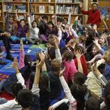 Barack Obama besucht eine Grundschule udn stellt sich den Fragen der Kinder - sieht aus, als könnte sein Termin noch eine Weile