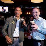 17. März 2013: US-Präsident Barack Obama feiert den St. Patricks Day bei einem Guiness und einer Partie Basketball in einem Pub.