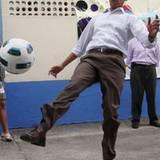 Barack Obama versucht sich als Fußballer.
