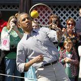 Beim jährlichen Ostereierrollen im Weißen Haus stellt Barack Obama auch sein sportliches Talent unter Beweis. Die Umstehenden freut's.