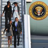 Um 20:20Uhr ist es soweit: die Air Force One landet in Berlin Tegel. Zum ersten Mal besucht Barack Obama als Präsident der Vereinigten Staaten von Amerika die Bundesrepublik. Mit dabei sind seine Frau Michelle und die Töchter Malia und Sasha, für die es der erste Besuch in Deutschland ist.