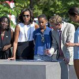 Zusammen mit Barack Obamas Halbschwester Auma Obama (l.) besichtigen die drei das Holocaust-Denkmal.