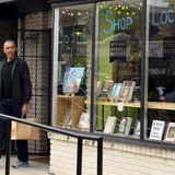 Auch ein Präsident braucht mal neuen Lesestoff: Obama kauft im Upshur Street Books in Washington jeden Menge Bücher.