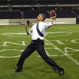 Barack Obama übt sich im Footballspielen im Soldier Field Stadion während des NATO Treffens in Chicago.
