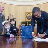 ... Auch die Kleinen freuen sich, wenn sie dem Präsidenten im Oval Office über die Schulter gucken können.