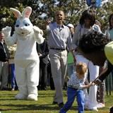 Sieht ganz so aus, als erkläre Barack Obama den Kindern vorm Weißen Haus, wie man Ostereier richtig rollt.