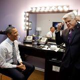"""Auch als Talkgast ist der Präsident gern gesehen: Barack Obama scherzt hinter der Bühne mit Talkmaster-Urgestein Jay Leno, bevor er in dessen """"Tonight Show"""" auftritt."""