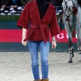 Später begeistert Charlotte dann wie gewohnt mit sportlich-edlem Styling: Die bordeauxrote Wildleder-Jacke mit weiten Ärmeln kombiniert sie lässig mit Jeans und Lederboots.