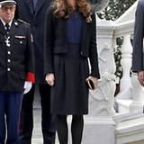 Am diesjährigen monegassischen Nationalfeiertag zeigt sich Charlotte zwar im unauffälligen, schwarz-blauen Kostüm, der schwarze