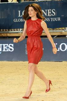 So schön schwungvoll zeigt sich Charlotte Casiraghi im stylischen, roten Lederkleid mit passenden Pumps bei der Longines Global Champions Tour in Monaco, ander sie selbst natürlich auch teilgenommen hat.