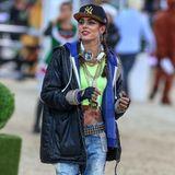 Hip Hop Hurray! In ungewöhnlicher Verkleidung, bauchfrei, mit ordentlich Bling-Bling um den Hals und offensichtlich viel Spaß sammelt Charlotte Casiraghi bei den Gucci Paris Masters Geld für den guten Zweck.