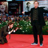 """Emile Hitsch verbeugt sich vor Regisseur William Friedkin auf der Premierenfeier von """"Killer Joe""""."""
