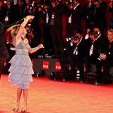 Regisseur Kike Maillo tanzt mit Claudia Vega über den roten Teppich.