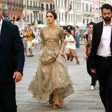 """Venedig Filmfestspiele: Venedig bietet eine wunderbare Kulisse für das schöne """"Valentino""""-Kleid von Keira Knightley."""